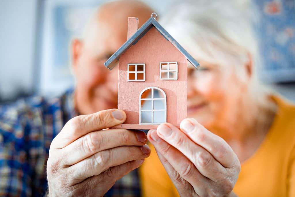 Der Nießbrauch - Die Immobilie verschenken und weiter darin wohnen - Beitragsbild der-makler.immo