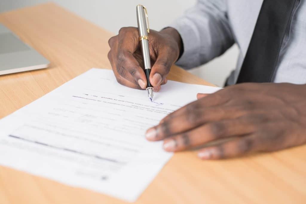 Erstellung eines Kaufvertrags durch einen Notar - Beitragsbild der-makler.immo