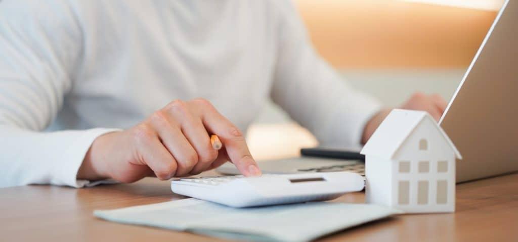 Darum sollten Sie die Kreditraten und die Zinsbelastung berechnen, wenn Sie ein Haus ohne Eigenkapital kaufen - Beitragsbild der-makler.immo