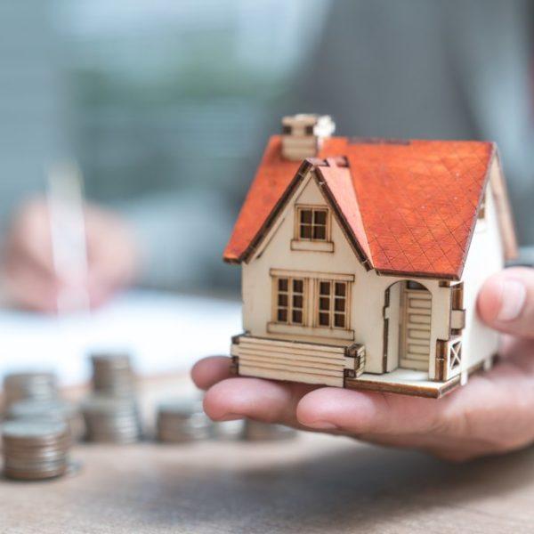 Wer zahlt den Makler? Das Bestellerprinzip einfach erklärt - Titelbild der-makler.immo