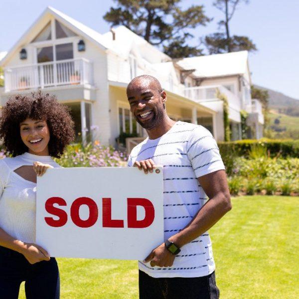 Haus privat verkaufen oder mit Makler? Was ist besser? | Hausverkauf - Titelbild der-makler.immo