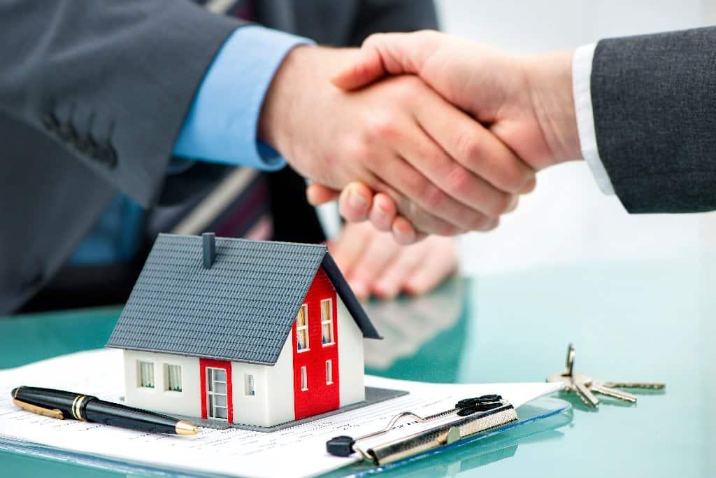 Zusammenarbeit zwischen Verkäufer und immobilienmakler - Beitragsbild der-makler.immo